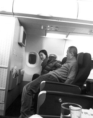 去年谷儒网创始人李晨在微博上贴出王石、田朴�B同搭飞机的照片,二人恋情曝光。
