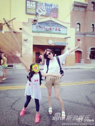 贾静雯携女疯玩美国迪士尼