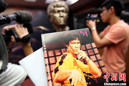 """7月20日,是李小龙去世40周年的日子,被称为""""功夫片之父""""的他,因为一身好功夫名扬四海,他的经典动作、黄色战衣仍然屡屡出现在银幕上,仿佛李小龙不曾走远。"""