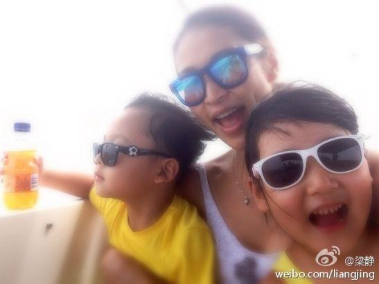 梁静带一双儿女海岛度假