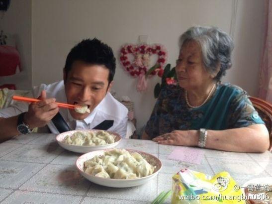 姥姥亲手包饺子给黄晓明吃