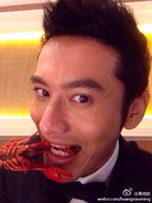 黄晓明喜夺影帝吃小龙虾庆祝