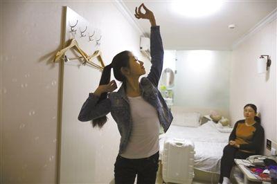 2月9日,劉詩童在賓館裏練舞。她每天練習一次以防生疏。