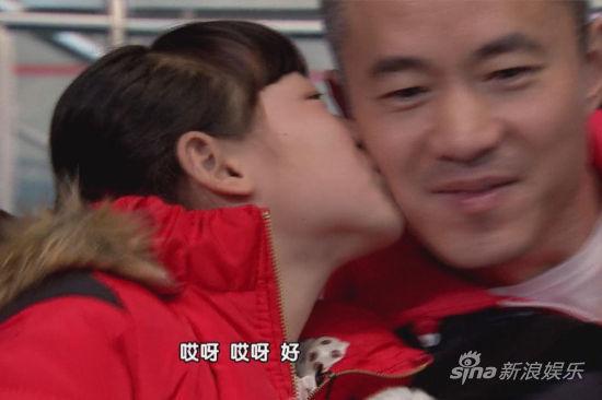 孩子们亲吻邱启明