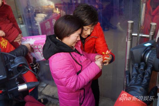 邓婕和小敏一起读面卡上的祝福语