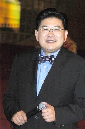 习近平调侃曹可凡像上海政府一样瘦身成功