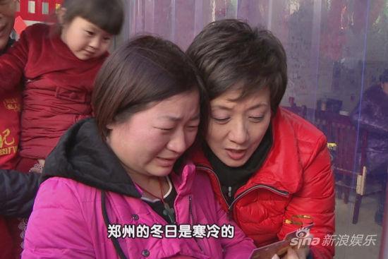 """邓婕和小敏一起念""""爱心面卡""""上的字"""