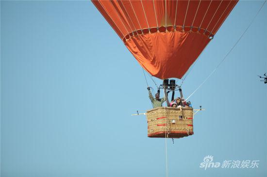 乘坐热气球圆梦的乐乐和耶耶