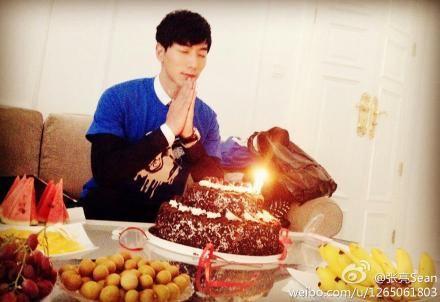 张亮对着生日蛋糕许愿