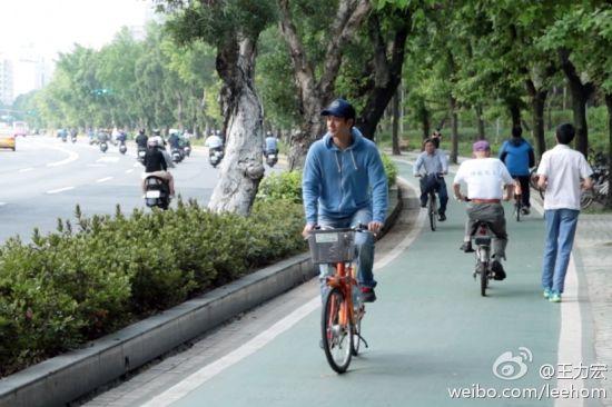 王力宏腳踩腳踏車