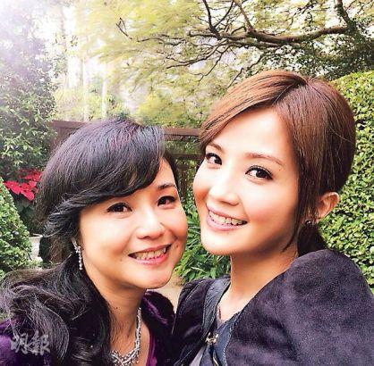 蔡卓研與她媽媽是出了名的最相似母女。