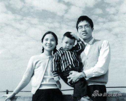 甄子丹儿时与父母合照