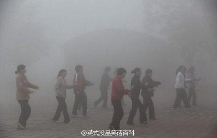 雾霾中的大妈