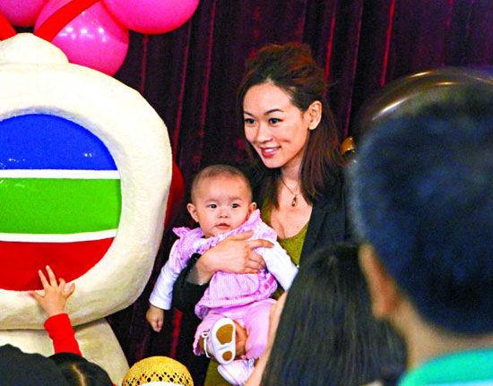 杨思琦抱着六个月大的女儿Krystal,出席胡诺言女儿的生日派对。