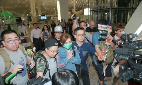 蔡卓妍分手后机场遭围堵
