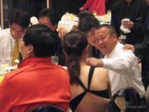 独家组图:王志文红光满面新娘低胸装美艳娇羞