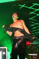 组图:Junjin个唱连开两场上演热辣激情撕衣秀