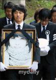 组图:崔真实骨灰安葬墓园众人送其最后一程