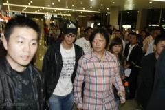 王力宏机场撞上米勒遭粉丝冷落全程黑面(组图)