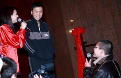 甄子丹大学宣传《叶问》领千名学子练咏春(图)