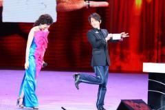 组图:刘谦董卿再次上演魔术秀当场揭秘玄机