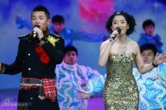 组图:董卿刘谦秀魔术凤凰传奇唱《自由飞翔》