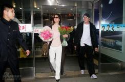 组图:苏菲-玛索抵京和男友亲密亮相心情大好