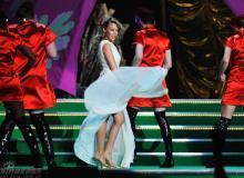 组图:凯莉米洛热舞裙摆飞扬露美腿欲摭还羞