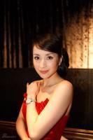 汤灿红裙亮相时尚晚宴展迷人高贵气息(组图)