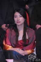 组图:张艺谋喜捧奖杯郭晶晶抹胸红裙炫美肌
