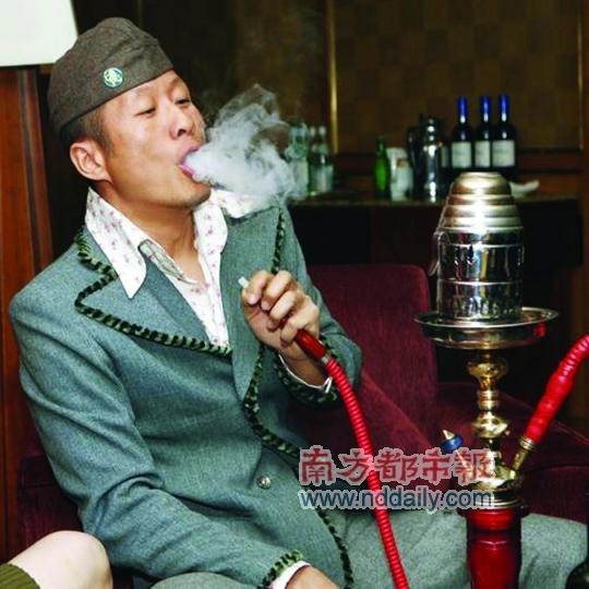 孫興2007年參加馬景濤婚禮時自帶水煙娛己。