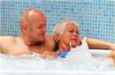 55岁女星与小丈夫戏水