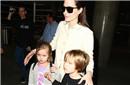 朱莉带双胞胎现身机场