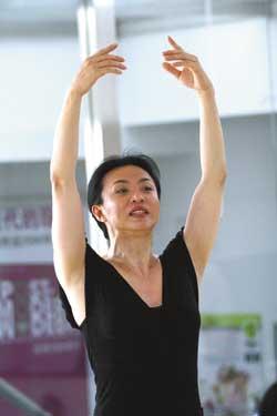 金星现代舞跳进健身房 技巧展示瘦身塑形图片