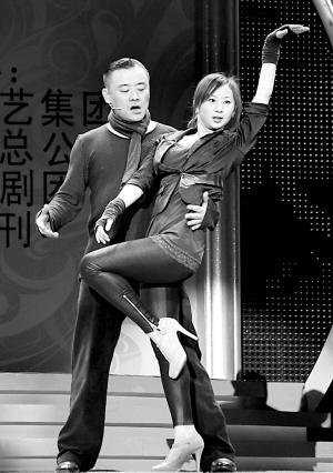 """周立波单飞后首亮相美女热舞替代""""大哥""""报幕"""
