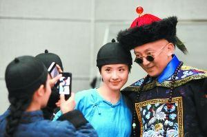 《王府井》彩排现场,饰演太监的王劲松受到了在场群众演员的追捧。
