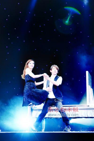 刘谦在助手的协助下表演魔术