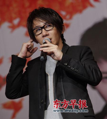 刘谦昨天在东华大学和学生们分享他的魔术历程和人生感悟。早报记者 高征 图