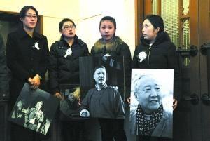 昨天清晨,在首都剧场门口等待的悼念者手捧于是之的大幅照片和剧照。 实习记者 和冠欣摄