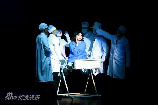 图文:《21克拉》上演--做抽脂手术