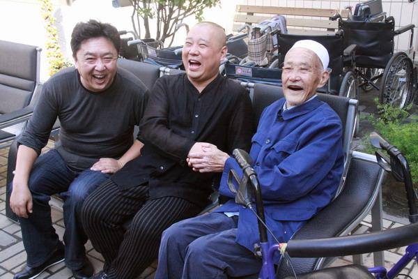 图文:德云社敬老院送笑声-郭德纲和老人在一起