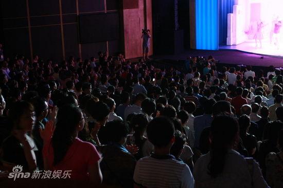观众纷纷起身观看