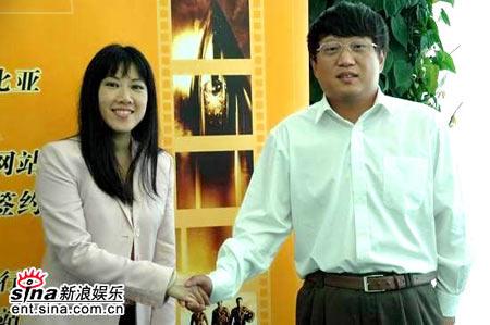 图文:哥伦比亚签约新浪-周理贤与陈彤握手