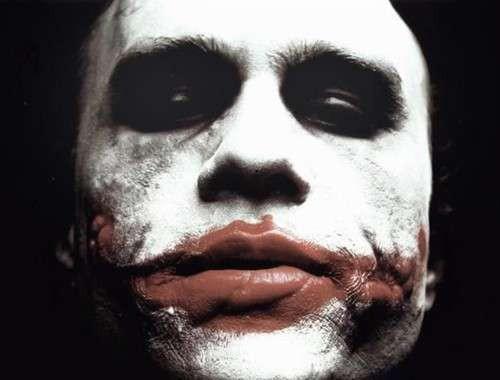 这群小丑的头领(希斯·莱杰扮演)邪恶鬼魅,令人不寒而栗.