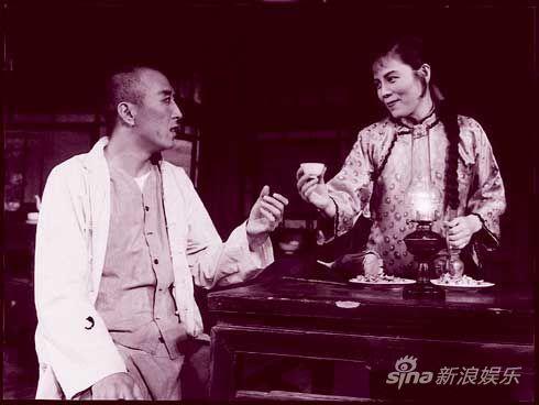 舒绣文《骆驼祥子》饰虎妞(右)