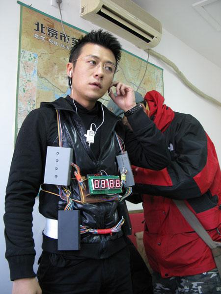 """林申拍新戏与""""排爆专家""""李子雄斗智(图)"""