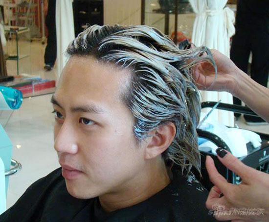 黑白相间的头发非常有型,邓超平时也可以考虑图片