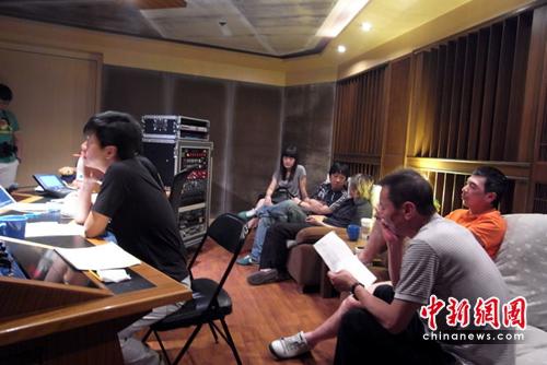 尚雯婕唱《大地震》主题曲冯小刚亲往视察(图)
