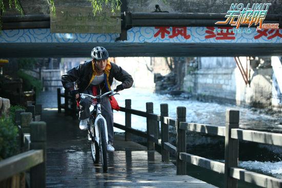 张翰骑单车去营救郑爽