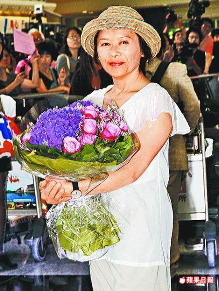 威尼斯影后叶德娴返回香港,现场大批粉丝接机。